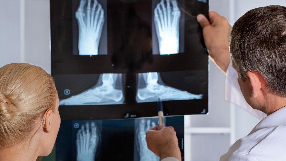 Сильная боль в ноге у пожилого человека thumbnail