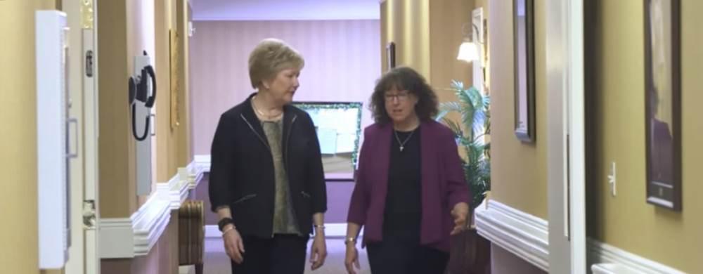 Мэрилин Ранц и Марджори Скубик работают над программой профилактики падений