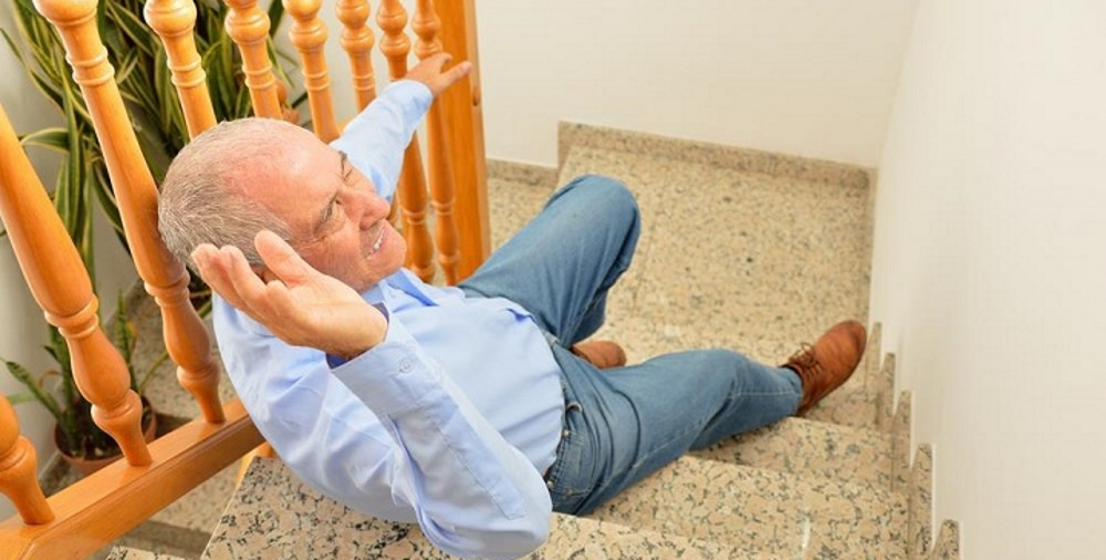 Перелом шейки бедра: фото, симптомы и лечение